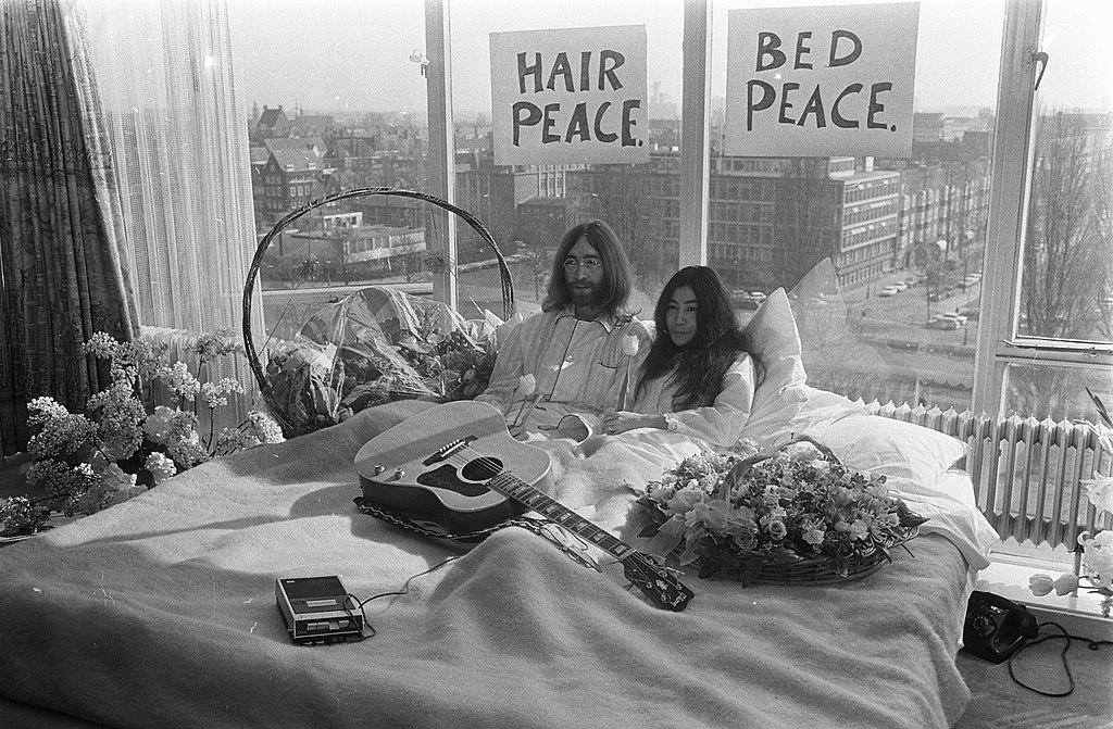 Vijftig jaar geleden: in bed met John Lennon en Yoko Onno