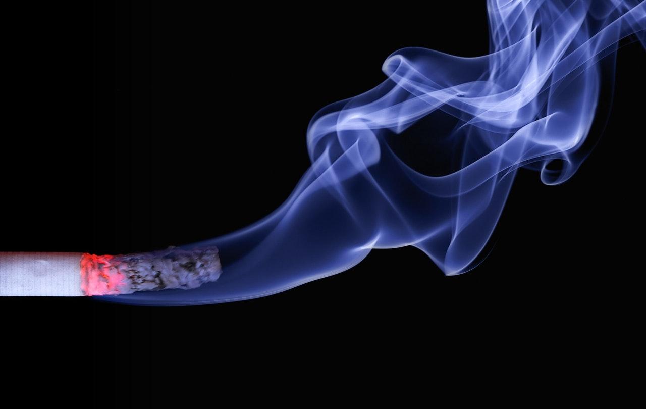 Geen rokers meer op het stations in Friesland, gaat dat lukken?